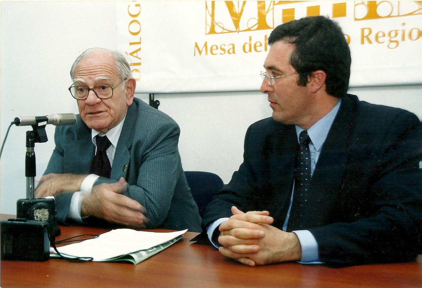 Marcelo Gullo presentando a Helio Jaguaribe